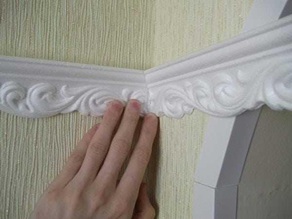 Клей из пенопласта можно использовать для приклейки потолочного плинтуса и декора