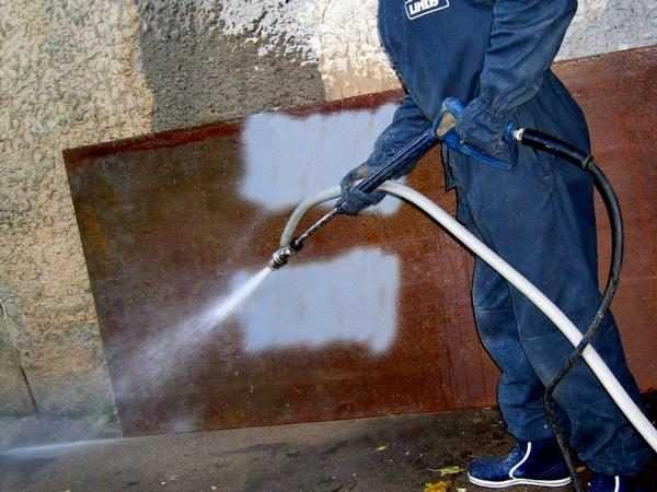 Работать с пескоструем нужно в защитной одежде