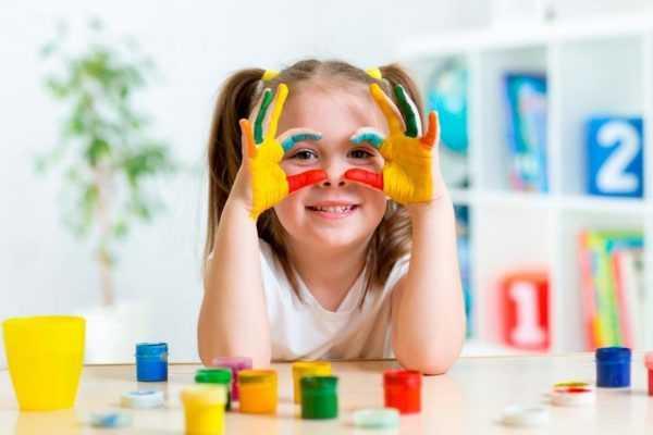 Ребенок рисует пальчиковыми красками