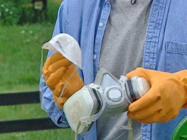 При работе с краской следует использовать респиратор и защитные перчатки