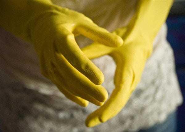 Защита рук резиновыми перчатками
