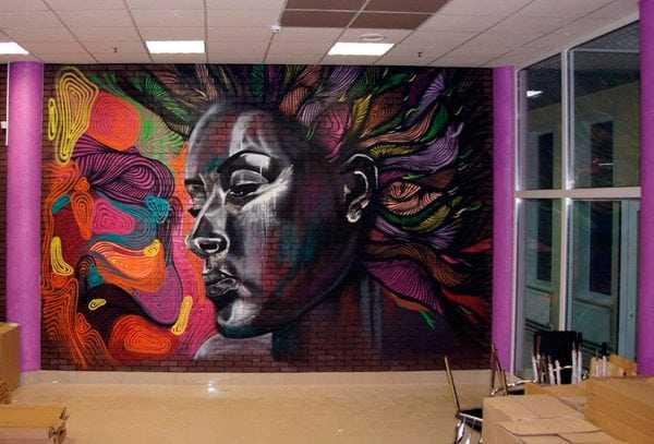 Декор аэрозольными красками стены из кирпича
