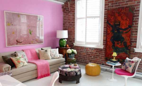 Розовая стена в комнате