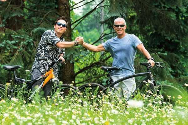 С отцом на велосипедной прогулке в лесу