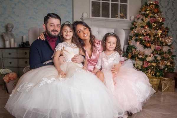 С женой и детьми в своей квартире