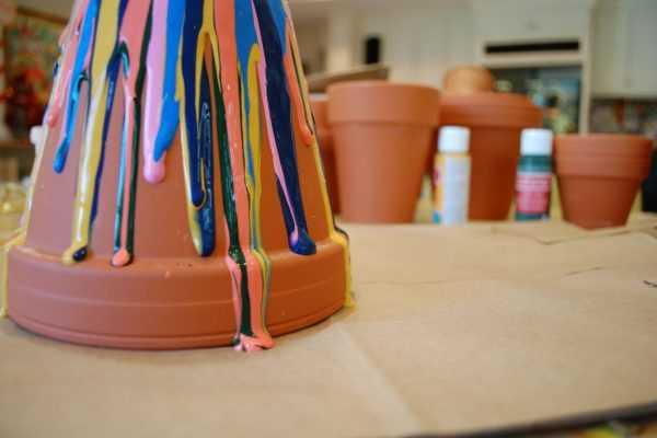 Сделать несколько потеков краски различного цвета