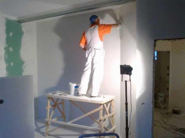 Козлы и прожектор для работы
