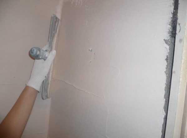 Шпаклевка на основе гипса позволяет получить идеально гладкую белую поверхность стен и потолков