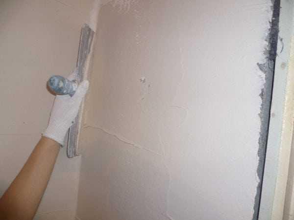 Шпатлевание - этап подготовки стен