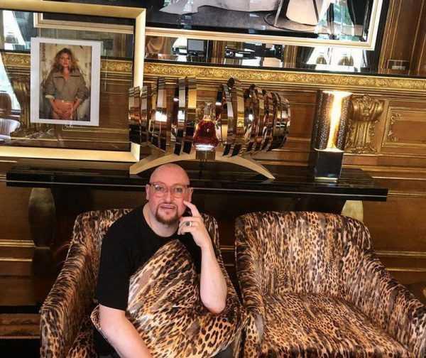 Шура в своей московской квартире