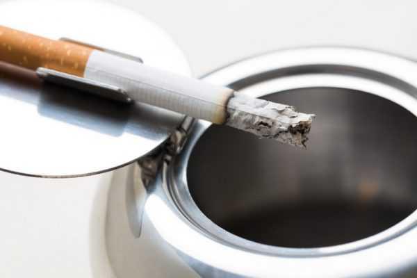 Сигаретным пеплом можно закрасить царапины на серой мебели