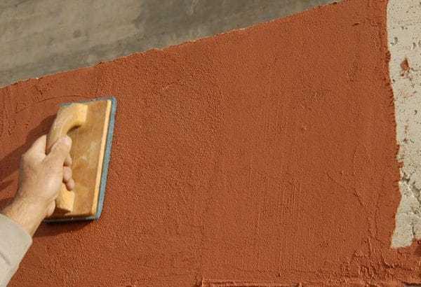 Нанесение декоративной штукатурки на фасад стены
