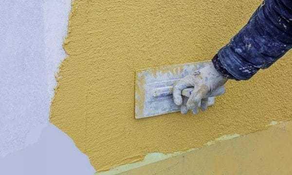 Нанесение силиконовой декоративной штукатурки на стену