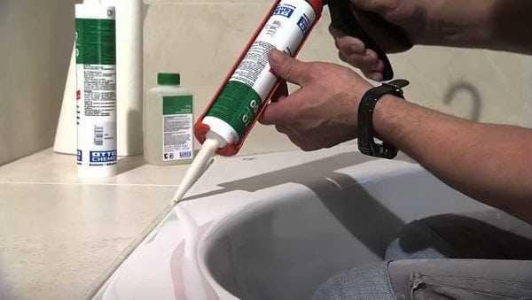 Силиконовый герметик часто применяют для заделки швов в ванной комнате