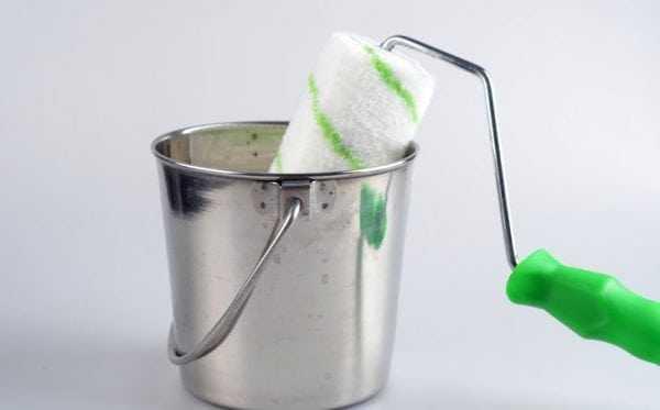Замачивание валика в воде для удаления краски