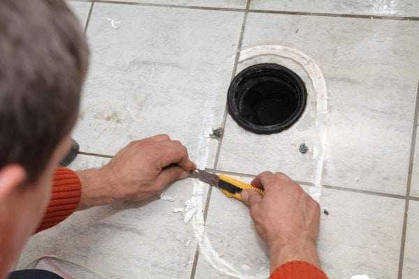 Снятие остатков силиконового герметика с кафельной плитки