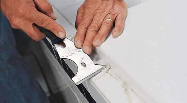 Снятие остатков герметика с помощью специального ножа