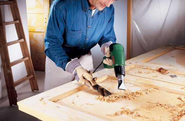 Снятие старого покрытия при помощи строительного фена