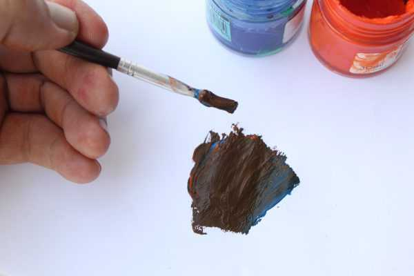 Добавление синего колера в оранжевый для получения коричневого цвета