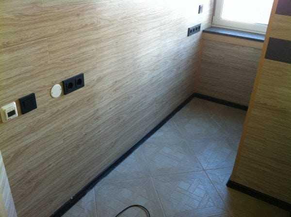 Стена из ламината отличается повышенной износостойкостью