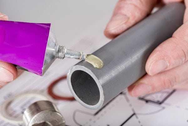 Для стыковки труб из ПВХ все чаще применяют клей