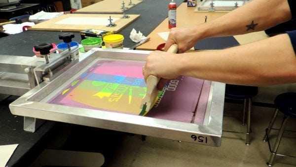 Краски УФ-отверждения обычно используют для трафаретной печати
