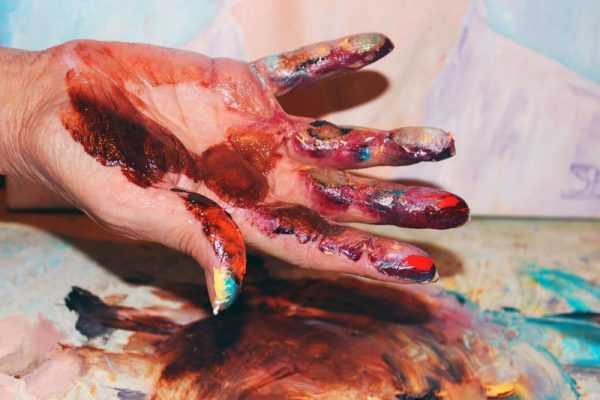 Остатки масляной краски на руках