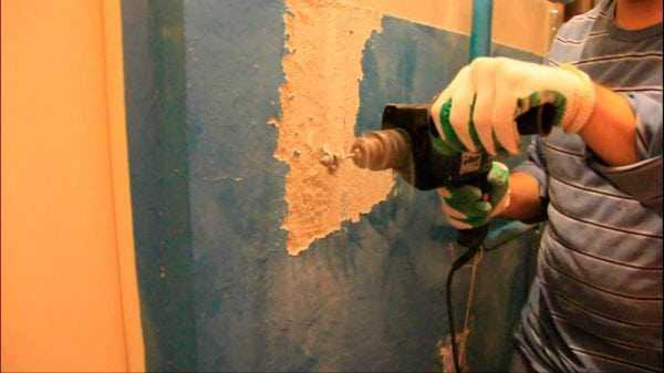 Использование перфоратора для удаление краски