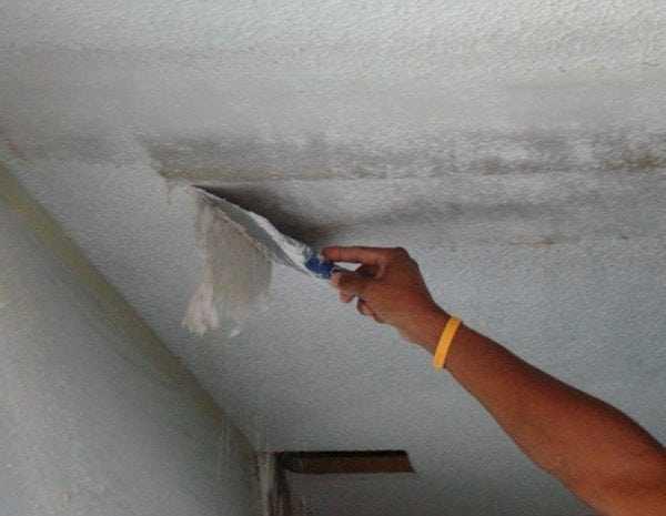 Снятие водоэмульсионки с потолка