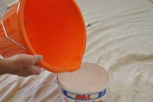 Смывание водоэмульсионной краской водой