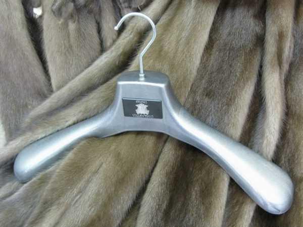 Сушить меховые изделия нужно на широких плечиках