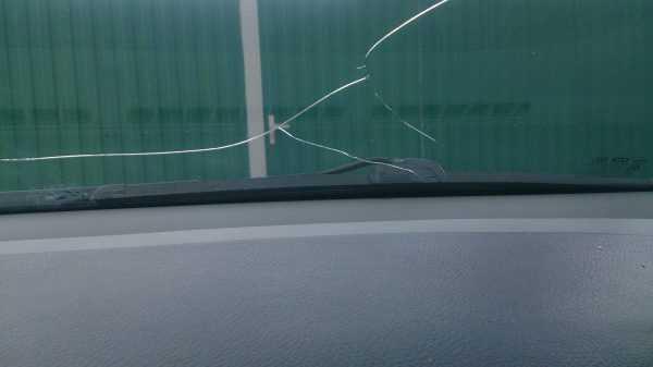 Ветвящаяся трещина на лобовом стекле