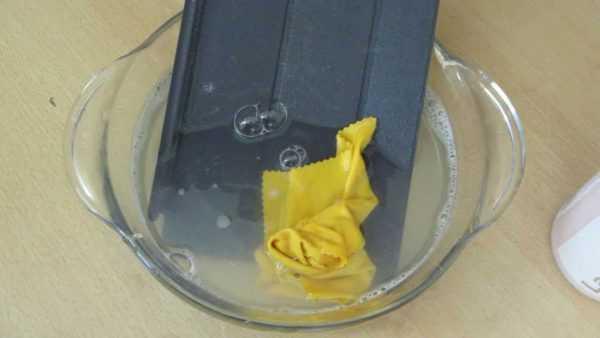 Вымыть бампер в мыльном растворе