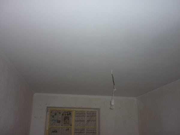 Упрочнение бетонной поверхности потолка при грунтовании