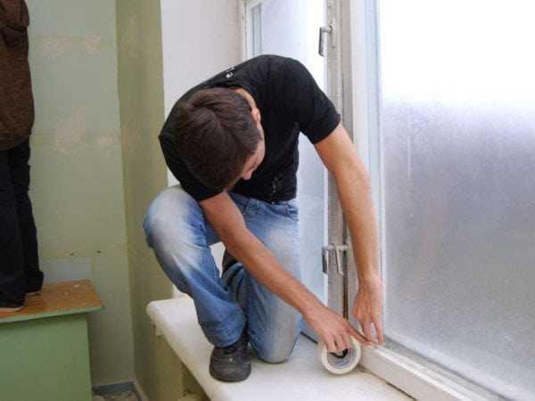 Заклеиваем окна скотчем
