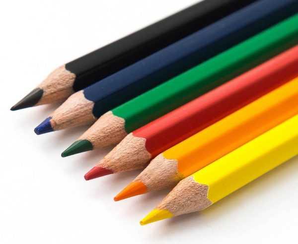 Закрасить небольшие царапины можно цветными карандашами