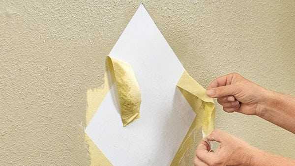 При небольшом высыхании краски, удаляем малярный скотч со стены